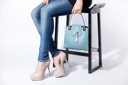 Vrouw die een mooie kleine blauwe zak