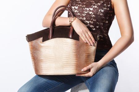 Close-up van een elegante gouden modieuze vrouwen tas