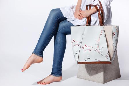 Close-up van een elegante vrouw modieuze zak voor de lente en de zomer