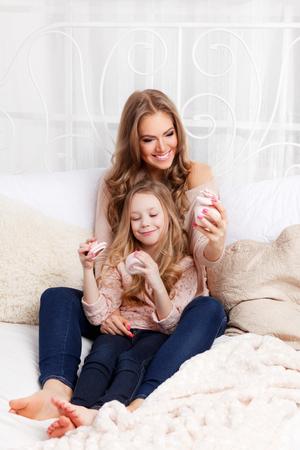 madre e hija: Madre hermosa y la apertura niño presente Foto de archivo