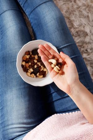 Close-up d'une collation saine Handful de noix et de raisins secs
