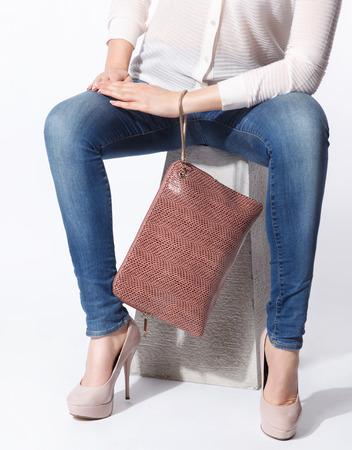 Close-up van trendy leren envelop tas