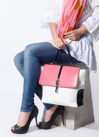 Close-up van een elegante vrouw tas met bijpassende sjaal Stockfoto