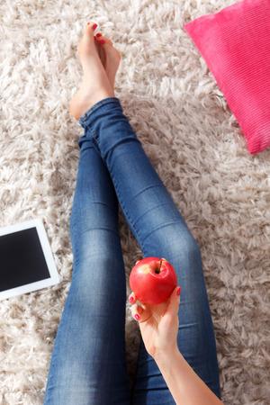Vrouw op dieet dat een beeld van een appel in haar hand neemt