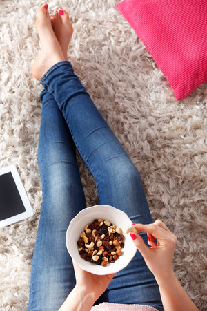 Een kom met een gezonde snack van noten, cashewnoten en rozijnen