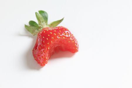 Close-up van de ontbrekende halve gebeten aardbei