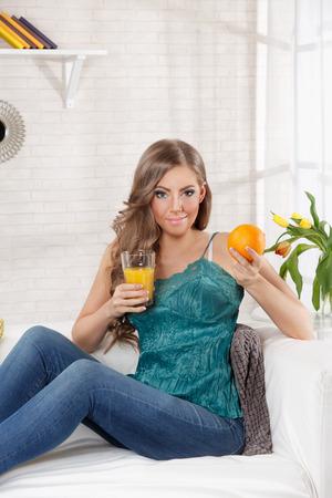 Mooie gezonde vrouw met een glas verse jus d'orange Stockfoto