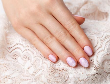 uñas pintadas: Primer plano de encaje bastante rosado en las uñas gellac