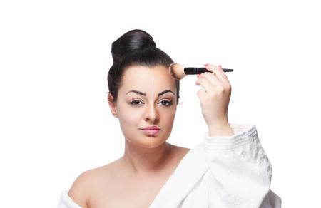 Vrouw van de schoonheid haar voorhoofd contouren make-up met een borstel