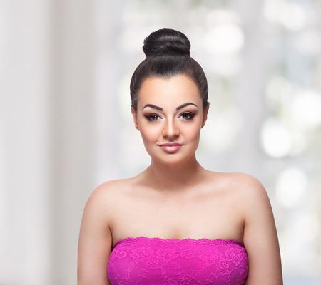 Mooie vrouw met smokey eye make-up