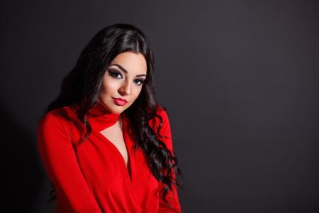 Aantrekkelijke vrouw in sexy rode jurk Stockfoto - 60541694