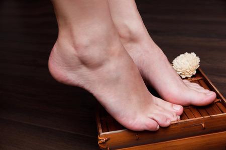 uñas pintadas: Primer plano de una hermosa mujer con pies de pedicura natural,
