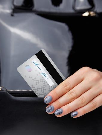 Close-up van een creditcard in een vrouw de hand
