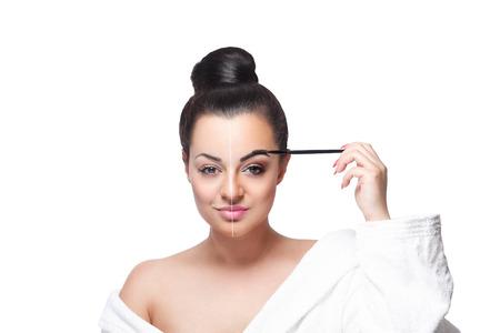 Close-up van een mooie jonge vrouw tot vaststelling van haar wenkbrauw