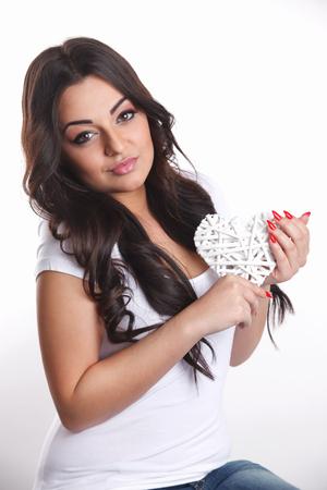 Mooie jonge vrouw met een hartvormige decoratie