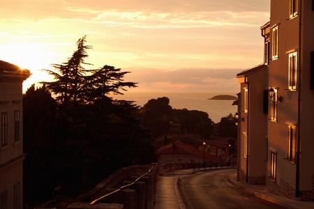 Oude stad en baai in zonsondergang