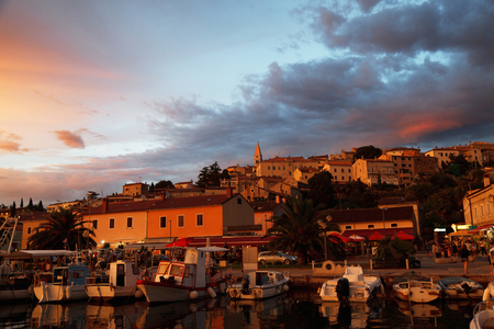 Oude stad en jachthaven baai in zonsondergang