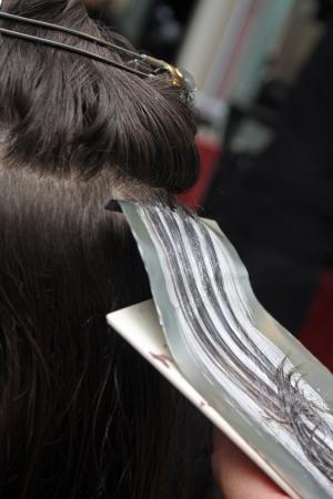 haircutter: to dye hair