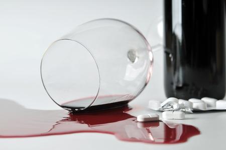 alcoholismo: alcohol y pastillas Foto de archivo