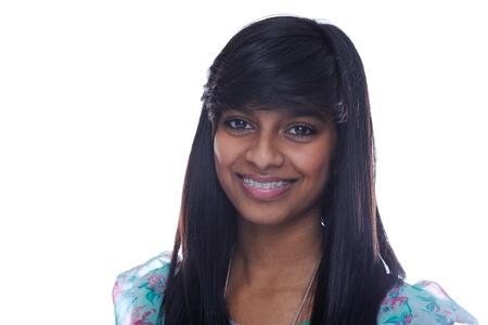 orthodontics: Sonriente chica adolescente indio con cors� en los dientes