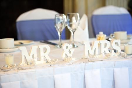 dona: Mr & Mrs decoraci�n en la mesa de recepci�n de la boda