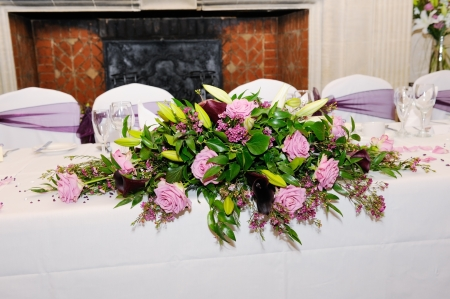 Tabelle Hochzeitsfeier mit rosa Blumen geschmückt Standard-Bild - 16571812