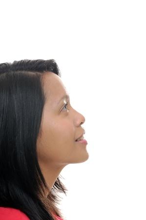 visage femme profil: Fille asiatique regardant vers le haut dans l'espace blanc