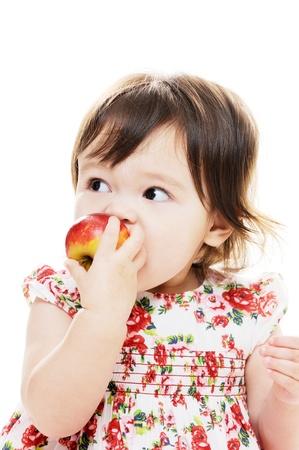 Nettes kleines Mädchen beißt roten Apfel Nahaufnahme Porträt Standard-Bild - 17668135