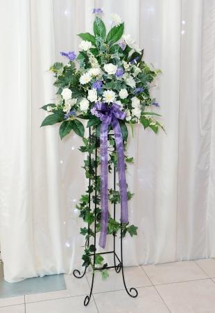 Weiß und lila Blumen-Arrangement auf dem Stand auf Hochzeitsfeier Standard-Bild - 19689103