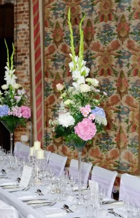 Flower arrangements decorate wedding reception with pink and white bouquets Standard-Bild
