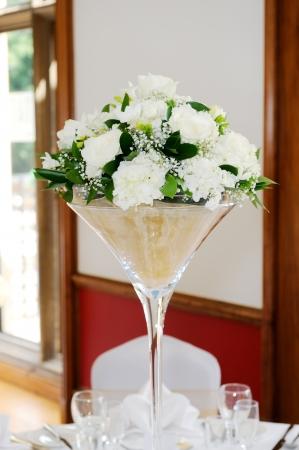 Weiß Blumengesteck mit weißen Blumen auf Hochzeitsfeier Standard-Bild - 22508271