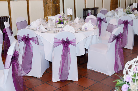 Wedding reception showing chair and table covers in white and purple Standard-Bild