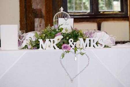 Mr & Mrs decoración en la recepción de la boda con detalle de corazón y joyas Foto de archivo - 37447549