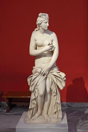 aphrodite: Atenas, Grecia, septiembre 03, 2016. Las exposiciones griegas en museo de arqueología, Atenas, Grecia. Esta estatua de Afrodita fue creado hace cerca de 2500 años.