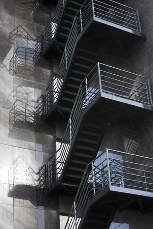 salida de emergencia: Escalera de una salida de emergencia Foto de archivo