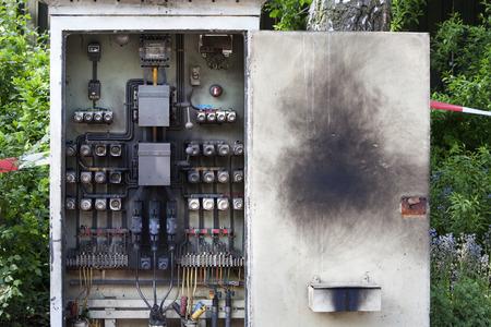 tablero de control: placa de circuito ennegrecido de un armario eléctrico Foto de archivo