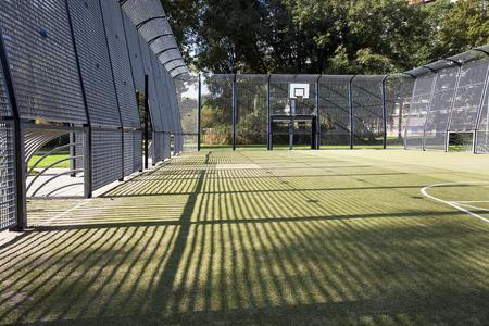 Voetbal en basketbal kooi met kunstgras