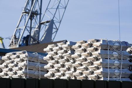 Ingots wachten op vervoer in de haven van Rotterdam Stockfoto