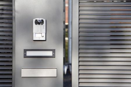Gate beveiligingssysteem en een brievenbus