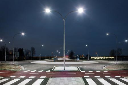 Roundabout illuminata da luci a LED nella zona crepuscolare Archivio Fotografico - 45469273