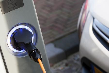 Electric Vehicle Charging punt in de straat Stockfoto