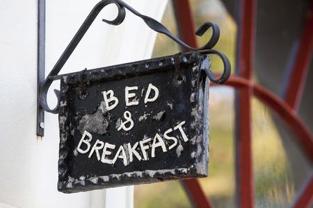 Metal Bed and Breakfast teken op gebouw