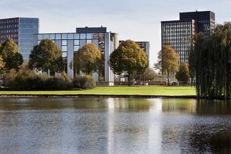 Office park met bomen en water Stockfoto