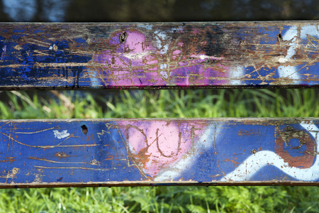 grievance: Heart shape graffiti on a bench in a park Stock Photo