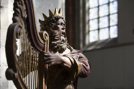 the harp: Siglos antigua escultura de madera del rey David tocando el arpa en la Gran Iglesia de Breda, o Iglesia de Nuestra Señora, en los Países Bajos