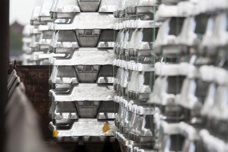 Close-up van aluminium ingots op een lading trein Stockfoto