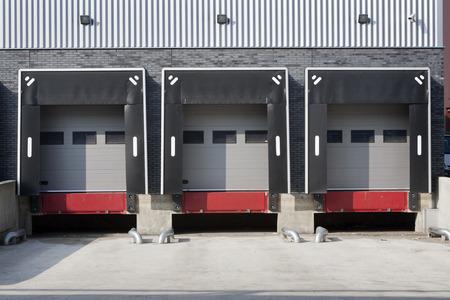 Entrepôt quai de chargement sans camions Banque d'images