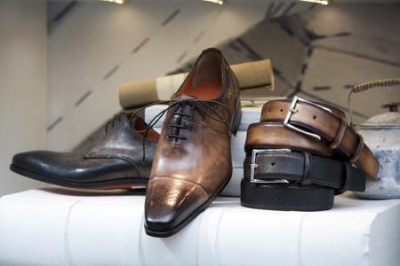 tienda de zapatos: Zapatos de hombre de cuero y cinturones en la tienda de zapatos Foto de archivo