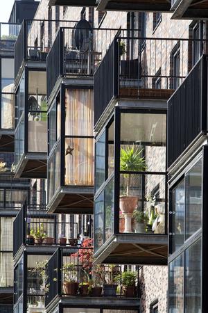 Moderne serres en een gebouw met balkons op de top