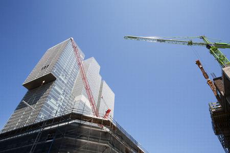 Bouwplaats in Rotterdam met de Rem Koolhaas gebouw op de achtergrond Stockfoto